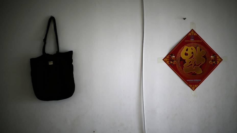 Uma das vítimas do acidente com o voo MH370 da Malaysia Airlines, a irmã mais nova deDaiShuqin a presenteou com uma bolsa há muito tempo. Agora, Dai diz que carregar o objeto faz com que ela sinta a presença da irmã ao seu lado.