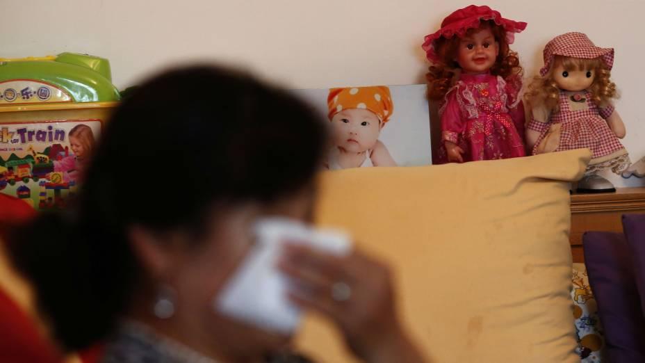 Hu chora ao recordar o desastre do voo MH370 da Malaysia Airlines, que vitimou toda a família de seu filho,Zhao