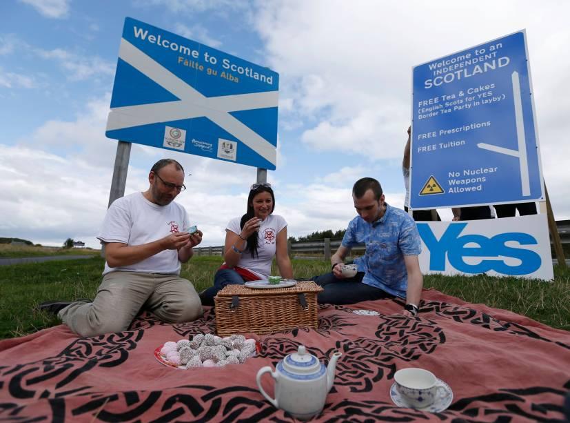 Integrantes de grupo de ingleses que vivem na Escócia fazem evento a favor do 'sim' em plebiscito de independência da região, perto da fronteira entre a Inglaterra e a Escócia