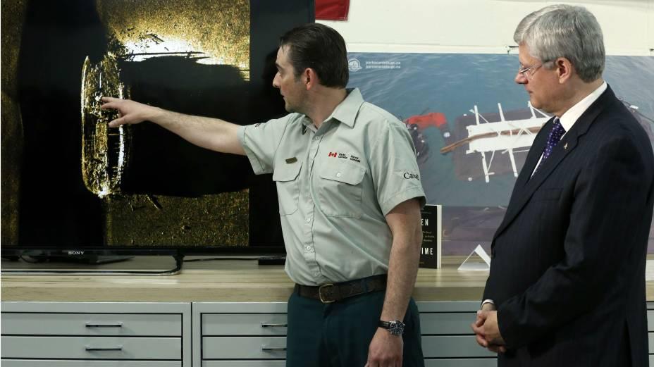 O primeiro-ministro canadense,Stephen Harper, ouve um especialista explicando a descoberta de um dos navios da expedição de Sir John Franklin, desaparecido há mais de 160 anos