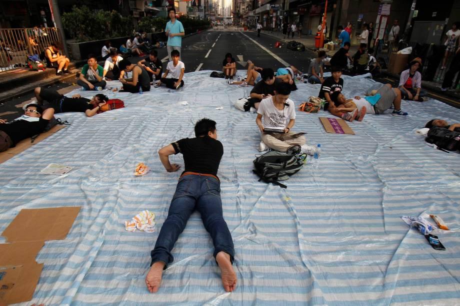 Grande lençol listrado é usado por manifestantes que ocupam distrito comercial em Hong Kong