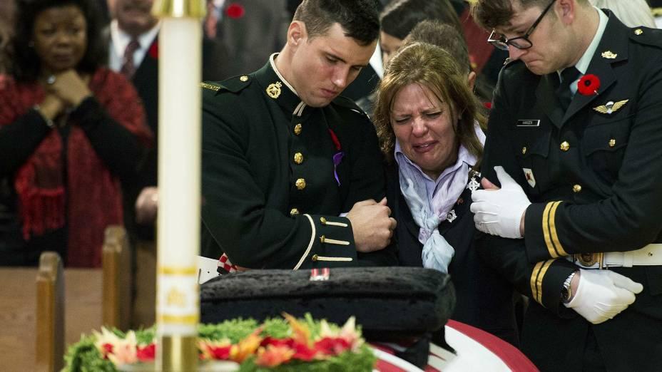 Kathy Cirillo, mãe do soldado morto no ataque ao Parlamento canadense, chora em frente ao caixão do filho