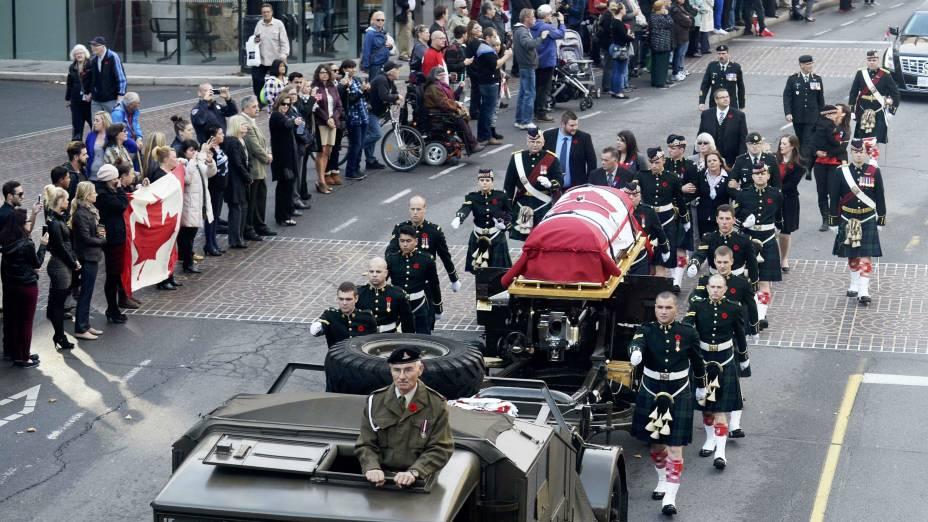 Soldados marcham ao lado do caixão do militarNathan Cirillo, morto no ataque ao Parlamento canadense