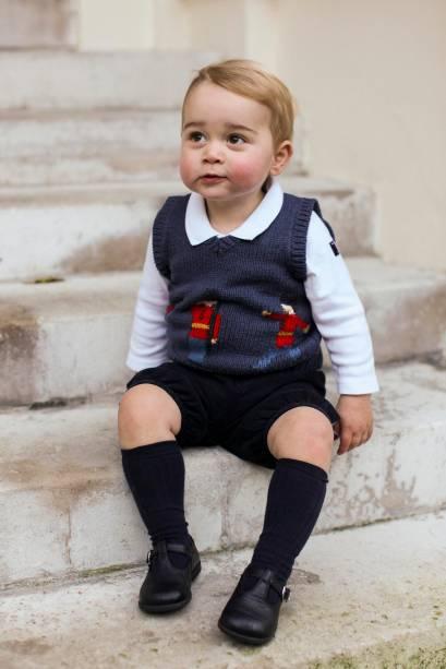 O príncipe George posa em pátio do Palácio de Kensington, em Londres, para foto oficial de Natal