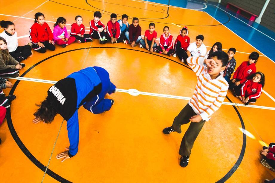 Aula de capoeira no contraturno da escola Abel Maria Torres, em Vinhedo (SP). Atividades oferecem atrativo para crianças da zona rural.