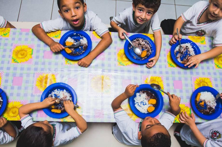 Alunos comem merenda na Escola Municipal Abel Maria Torres,  em Vinhedo (SP). Secretaria de Educação utiliza dados de alunos que ficam na escola em período integral para planejar cardápio e evitar desperdício de comida.