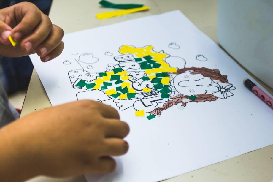 Aluno produz atividade para a Semana da Pátria na escola Profª Maria de Lourdes Von Zuben, em Vinhedo (SP)
