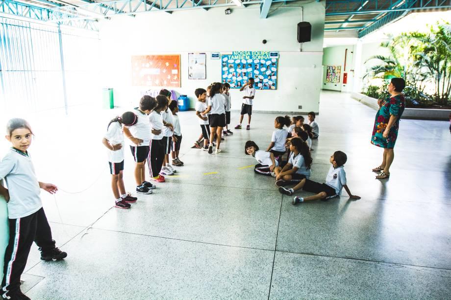 Alunos do 3º ano da escola Profª Maria de Lourdes Von Zuben participam de aula de matemática sobre a tabuada realizada no pátio da escola. Na busca de novas maneiras de ensinar o conteúdo e driblar as dificuldades dos alunos, os professores fazem reuniões para debater novas metodologias de ensino.