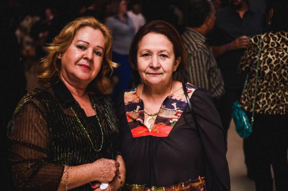 """Para Clotilde(à direita), 62, """"o Roberto seria o meu marido e o Julio, meu amante (risos)"""". ao lado, a amiga Edna, 64"""