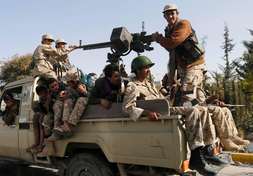 Rebeldes xiitas houthis patrulham uma rua da capital do Iêmen, Sanaa. A minoria invadiu a residência do presidente Abd-Rabbu Mansour