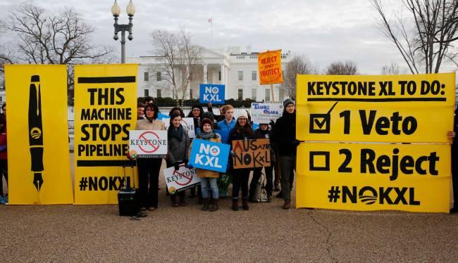 Grupo contrário à construção do oleoduto Keystone XL faz manifestação em frente à Casa Branca