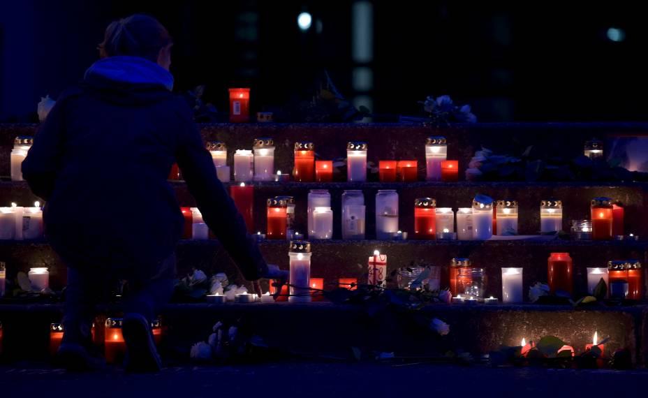 <p>Estudante coloca vela do lado de fora do colégio Josef-Koenig, em Haltern am See, na Alemanha. Grupo de dezesseis estudantes e dois professores do colégio estão entre os mortos na queda do avião da Germanwings</p>