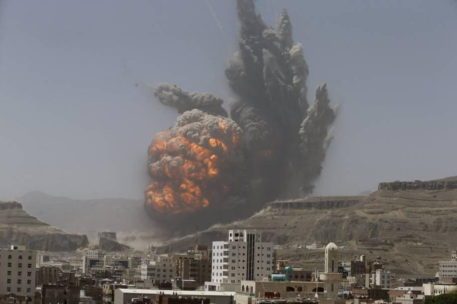 Explosão após ataque aéreo a um depósito de armas em Sanaa, Iêmen