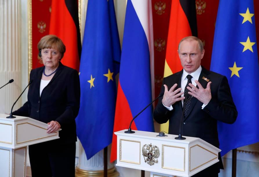 O presidente russo Vladimir Putin e a chanceler Angela Merkel em uma coletiva de imprensa em Moscou