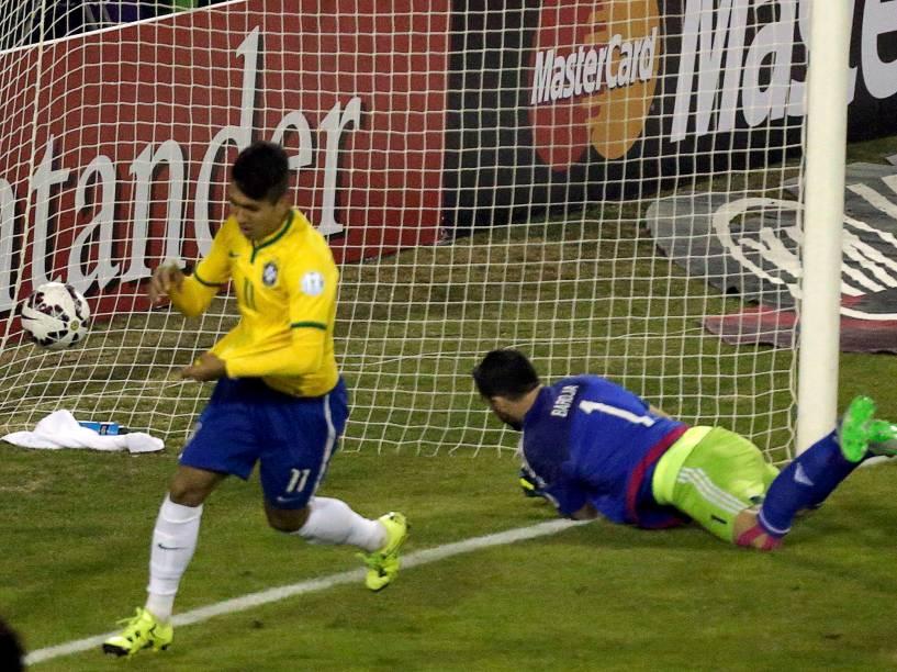 Roberto Firmino marca seu gol - Partida entre Brasil e Venezuela, válida pela última rodada do Grupo C da Copa América de Futebol 2015, realizada no estádio Monumental David Arellano, na cidade de Santiago, no Chile, neste domingo (21)