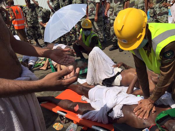 Equipes de resgate socorrem as vítimas do tumulto que provocou a morte de centenas de pessoas em Meca