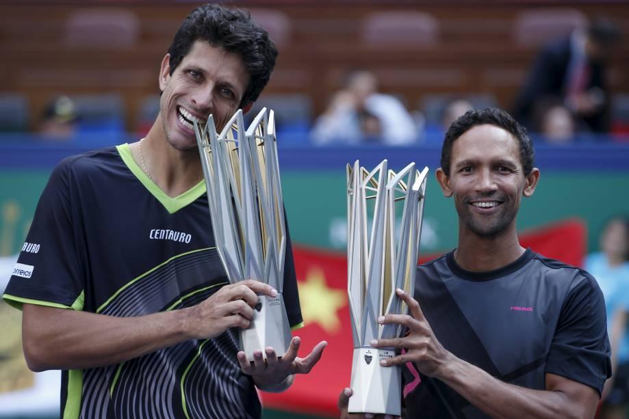 O brasileiro Marcelo Melo e o sul-africano Raven Klaasen exibem troféus em Xangai