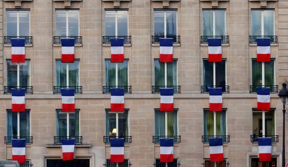 Bandeiras da França em janelas de prédio próximo ao monumento Les Invalides, em Paris, onde ocorreu uma homenagem às vítimas dos atentados de 13 de novembro