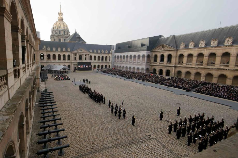 Cerimônia de homenagem às vítimas dos ataques terroristas em Paris no monumento Les Invalides