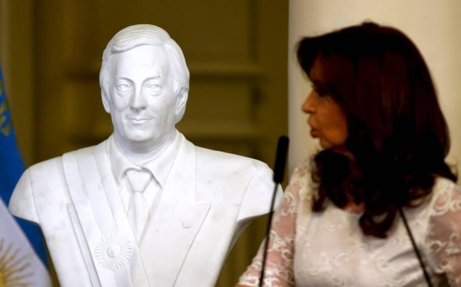 Cristina Kirchner inaugura busto de Néstor Kirchner na Casa Rosada, em seu último dia como presidente