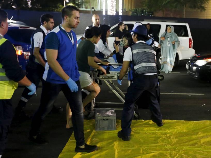 Pessoas feridas são resgatadas após incêndio em um hotel em Dubai, Emirados Árabes