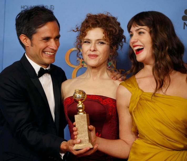 Gael García Bernal, Bernadette Peters e Lola Kirke recebem o Globo de Ouro de melhor série de comédia ou musical por Mozart in the jungle