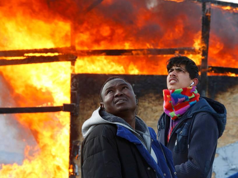 Imigrantes do Sudão e Oriente Médio lamentam a operação policial de desocupação de acampamento ilegal em Calais, França