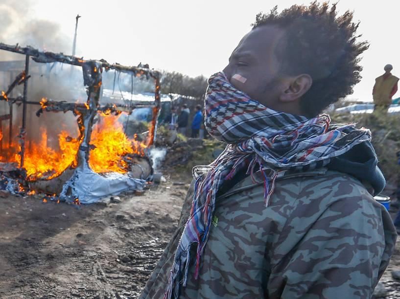 """Imigrante sudanês lamenta a operação da polícia francesa de demolição do acampamento ilegal """"Selva"""", em Calais, França"""