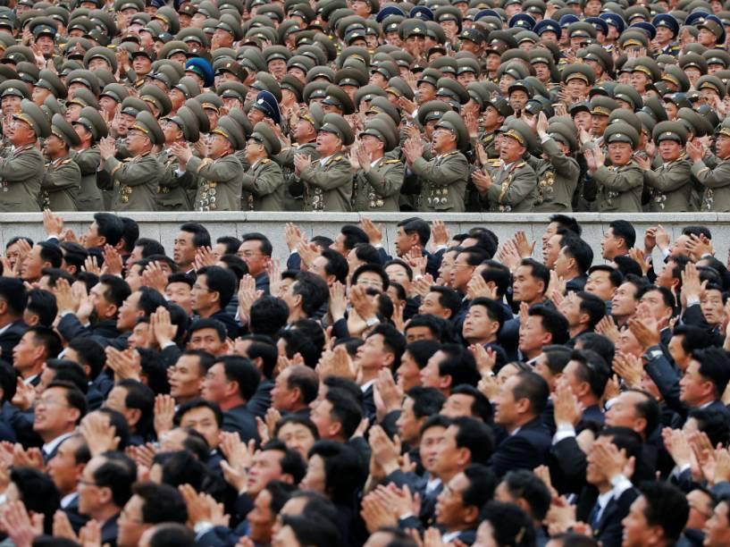 Cidadãos e militares aplaudem o ditador norte-coreano Kim Jong-un depois de sua aprição no desfile do Partido dos Trabalhadores, em Pyongyang