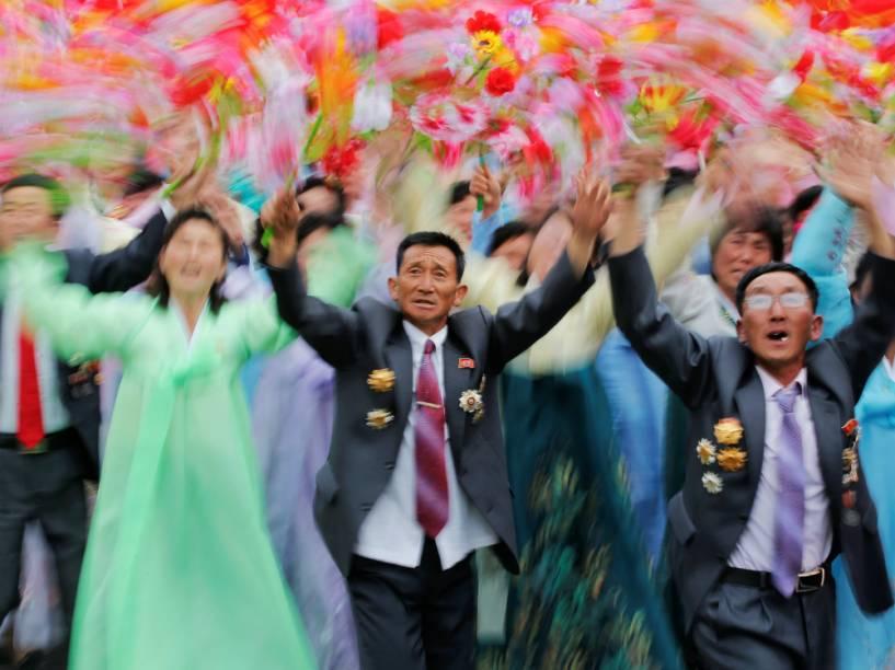 A reação de cidadãos ao verem Kim Jong-un, ditador norte-coreano, durante o desfile que celebra o último dia do congresso do Partido dos Trabalhadores