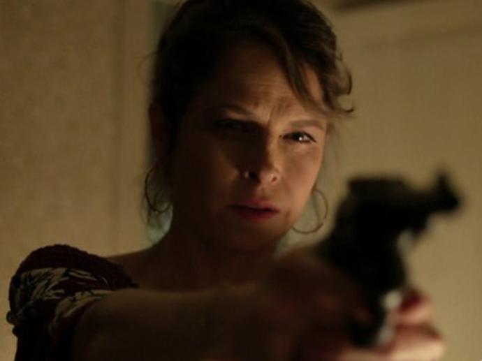 Carolina (Drica Moraes) empunha sua arma em Verdades Secretas