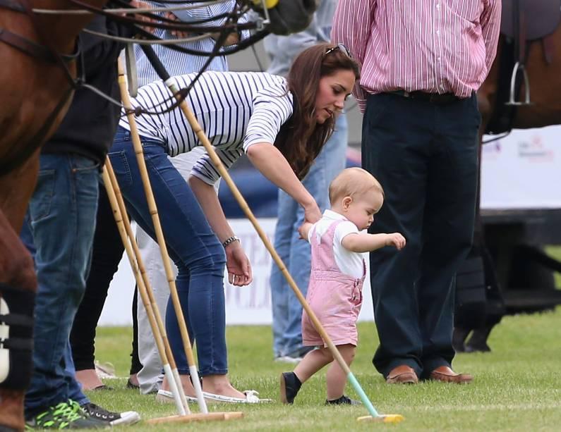 Bebê George dá seus primeiros passos com a ajuda da mãe, Kate