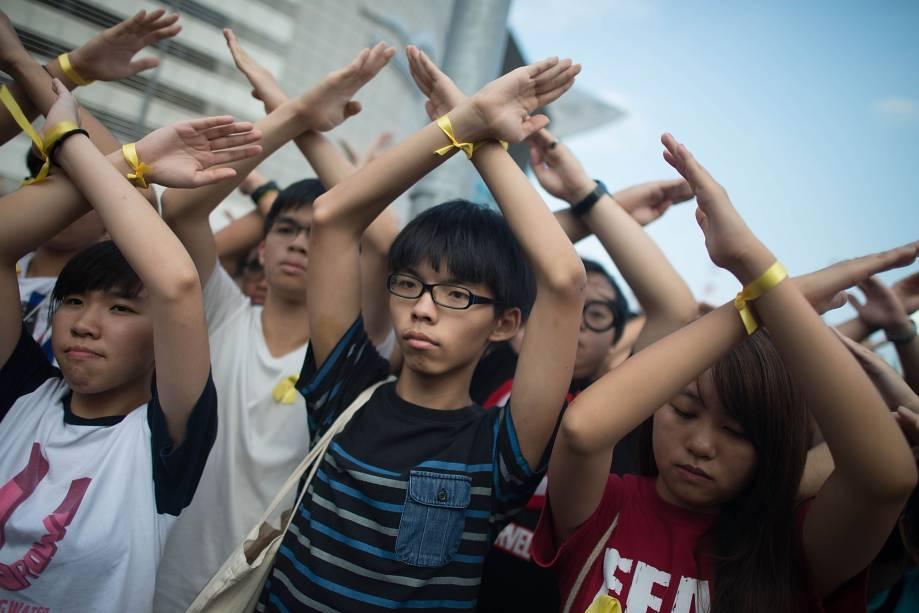 Joshua Wong (centro), uma das lideranças estudantis dos protestos por democracia em Hong Kong, participa de manifestação