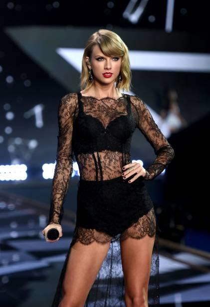 A cantora Taylor Swift no desfile da marca Victorias Secret
