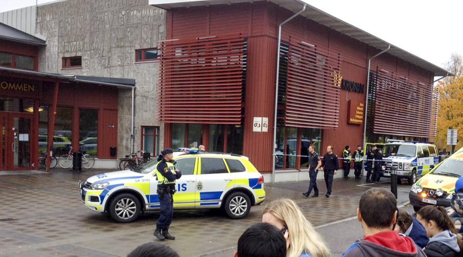 Policiais em frente a escola onde um homem atacou pessoas com uma espada