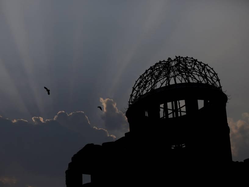 Pássaro sobrevoa o Domo da Bomba Atômica, em Hiroshima. No dia 6 de agosto de 1945, os Estados Unidos soltaram a bomba atômica na cidade, matando cerca de 140 mil dos 350 mil residentes de Hiroshima, no primeiro ataque nuclear da história. Três dias depois, uma segunda bomba foi jogada em Nagasaki