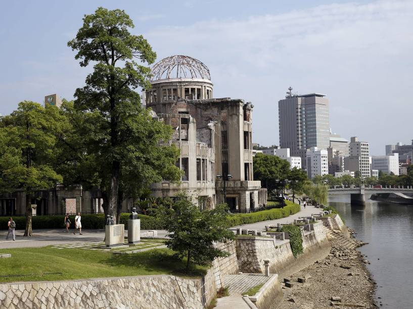 """Foto tirada em agosto de 2015 do """"Genbaku Dome"""", ou Domo da Bomba Atômica, é visto da ponte Aioi, em Hiroshima, Japão. O domo foi a única estrutura deste distrito da cidade a continuar em pé após o ataque"""