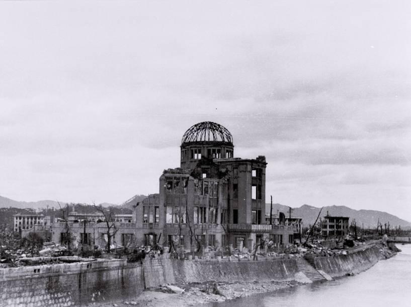 Foto tirada por Toshio Kawamoto e distribuida por seu neto, Yoshio Kawamoto, mostra o Palácio das Indústrias de Hiroshima, como era conhecido o atual Domo da Bomba Atômica, após a queda da bomba. O prédio foi o único do distrito a resistir à explosão e foi preservado como memorial