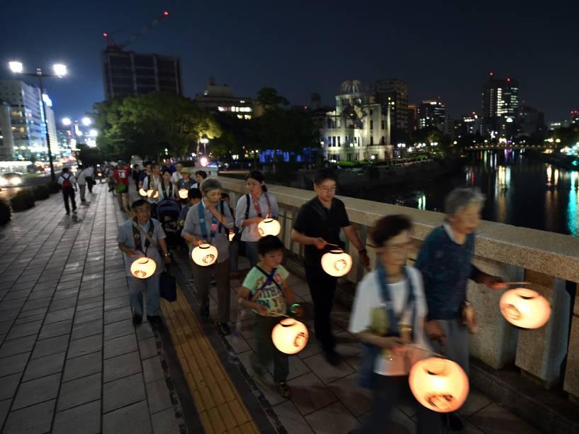 Budistas marcham com lamparinas em luto pelas vítimas próximo ao Domo da Bomba Atômica, ao lado do Parque Memorial da Paz, em Hiroshima. A cidade se prepara para o aniversário de 70 anos do primeiro ataque nuclear do mundo, que devastou a cidade no dia 6 de agosto