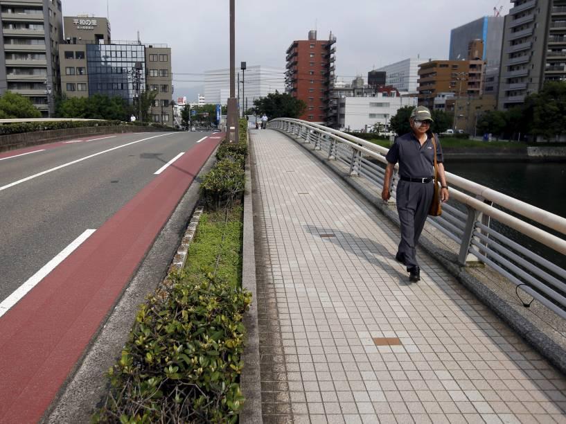 Homem caminha pela ponte Yorozuyo, na véspera do aniversário de 70 anos do ataque nuclear à cidade de Hiroshima, Japão. No dia 6 de agosto de 1945, os Estados Unidos soltaram a bomba atômica na cidade, matando cerca de 140 mil dos 350 mil residentes de Hiroshima, no primeiro ataque nuclear da história. Três dias depois, uma segunda bomba foi jogada em Nagasaki