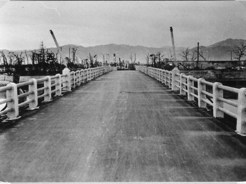 A sombra de trilhos é vista na superfície da estrada na ponte Yorozuyo, em Hiroshima, devido ao calor da bomba atômica. Este local fica a 860 metros do centro da explosão, a superfície desprotegida do asfalto foi queimada enquanto áreas protegidas pelos trilhos ficaram com um tom mais claro