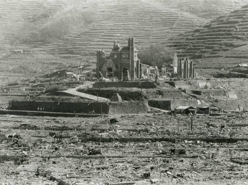 A Catedral Urakami parcialmente destruída pouco após o ataque a Nagasaki, no dia 9 de Agosto de 1945, no Japão