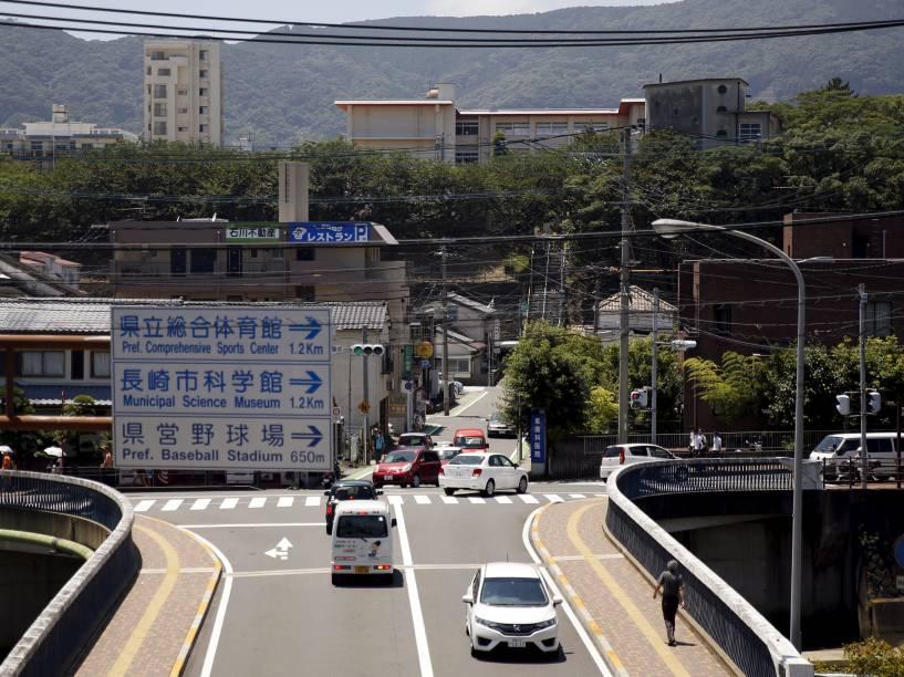 A Escola Primária Shiroyama é vista em Nagasaki, sudoeste do Japão (topo, à direita). A escola foi construída no local da antiga Escola Nacional Shiroyama, que foi destruída após o ataque a Nagasaki no dia 9 de agosto de 1945