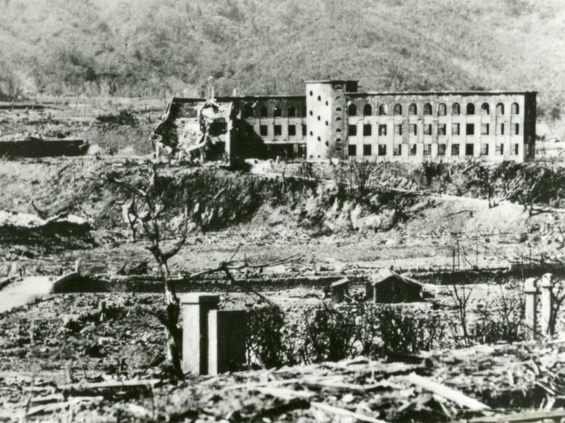 A Escola Nacional Shiroyama (topo, centro), destruída pelo ataque nuclear que atingiu Nagasaki no dia 9 de agosto de 1945