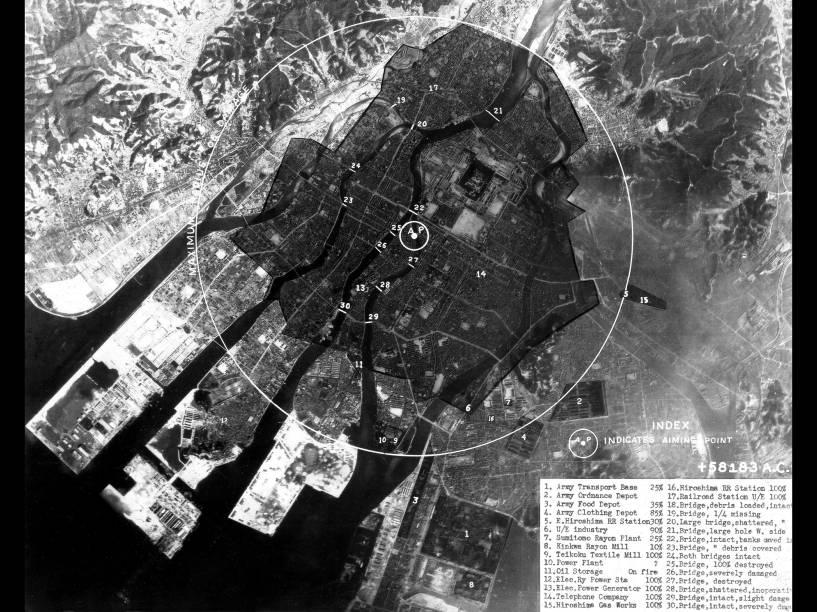 Imagem mostra o impacto da bomba na cidade de Hiroshima. O epicentro da explosão está marcado por um pequeno círculo branco, enquanto a área de devastação pode ser vista pela superfície negra que marca a cidade. O ataque a Hiroshima foi seguido três dias depois por um ataque a Nagasaki