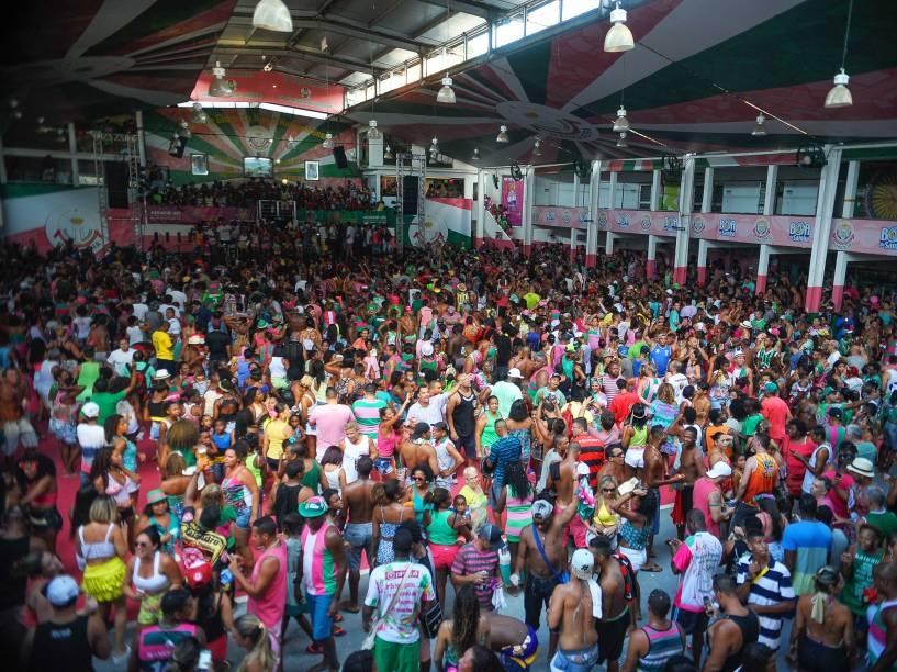 Mangueirenses comemoram na quadra da escola o título de campeã no carnaval de 2016 do Grupo Especial do Rio