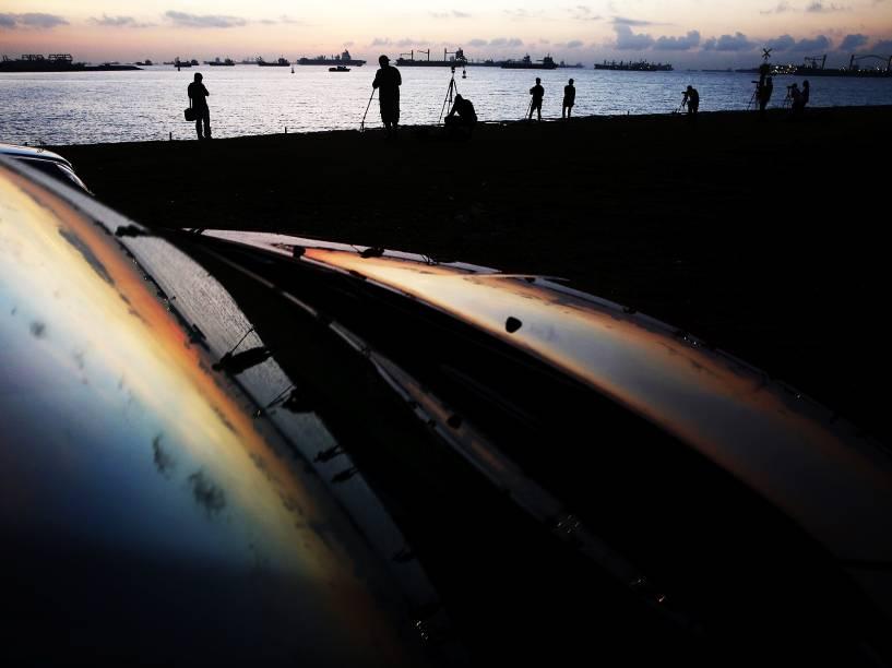 <p>Fotógrafos posicionados em Cingapura para acompanhar o eclipse total do Sol, visível no Sudeste Asiático, Austrália e Oceano Pacífico</p>
