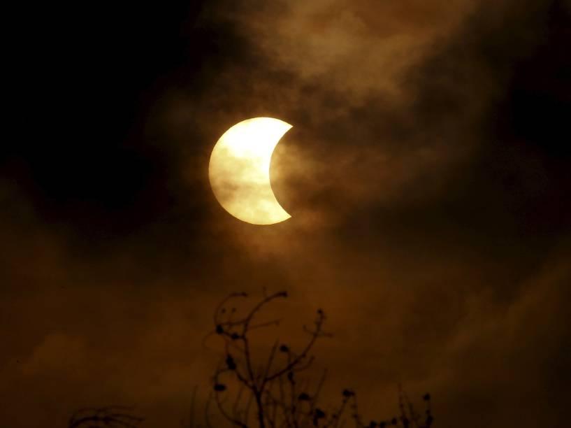 <p>Um eclipse solar total é visto a partir da cidade de Bangkok, na Tailândia</p>