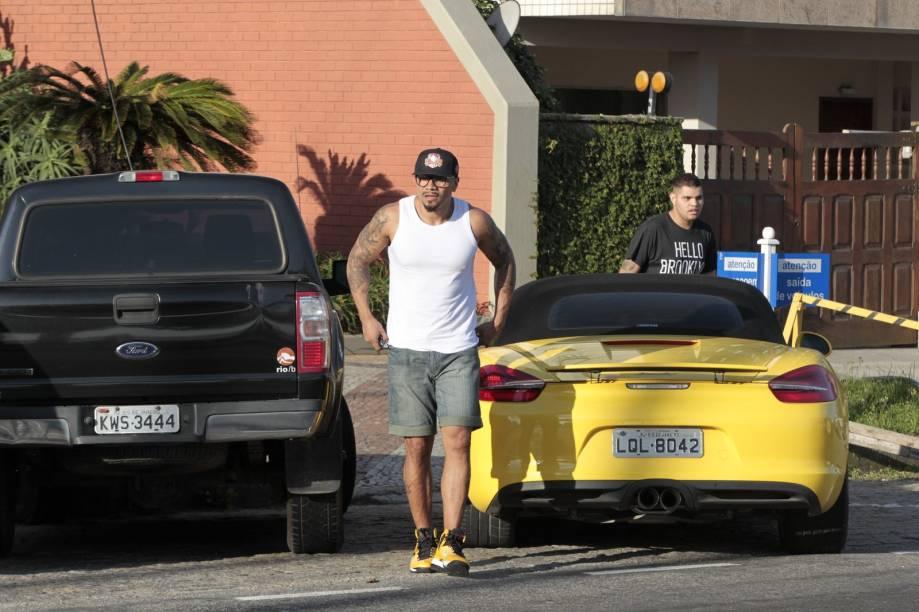 Naldo e seu filho Pablo estacionam Porsche na Barra da Tijuca