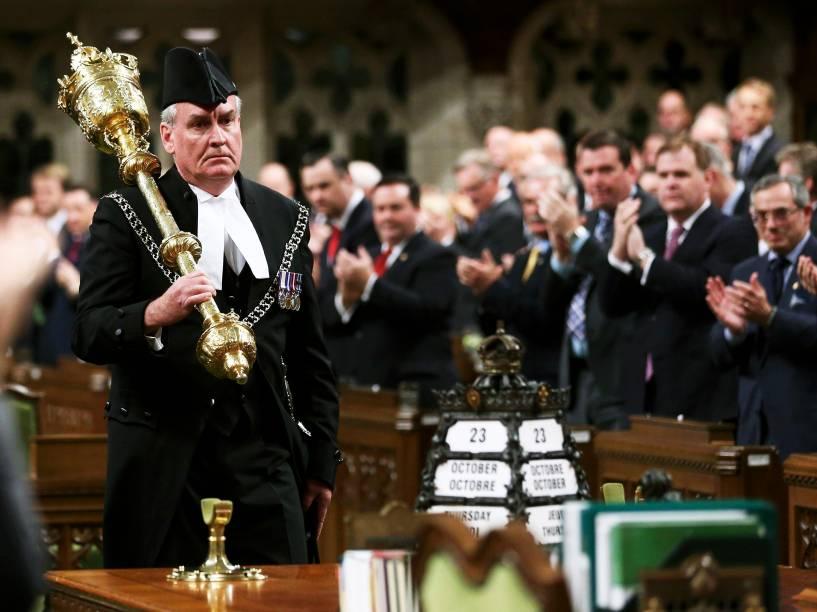 O sargento Kevin Vickers, de 58 anos, que matou invasor é aplaudido de pé no Parlamento canadense, nesta quinta-feira (23)<br><br>